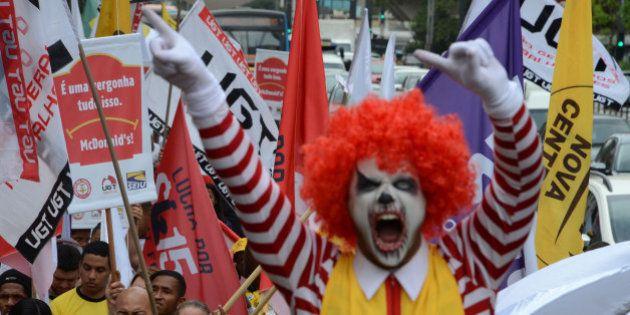 Funcionários do McDonald's acusam rede fast-food de infringir leis trabalhistas e fazem protesto na Avenida...