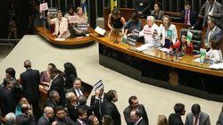 O dia em que as mulheres ocuparam a mesa de Cunha para resistir ao