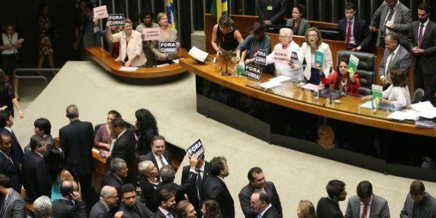 O dia em que as deputadas ocuparam a mesa de Cunha para resistir ao
