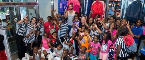 Joakim Noah, o gigante da NBA que levou 40 crianças para um banho de loja antes da volta às