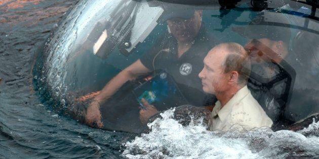 Vladimir Putin vai à Crimeia, passeia de submarino e irrita autoridades da