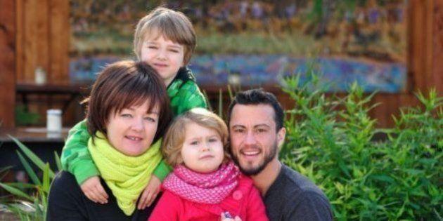 Pai transgênero adiou mudança corporal para dar à