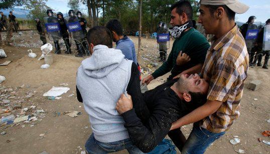 CRISE HUMANITÁRIA: Polícia da Macedônia lança bombas de gás para conter