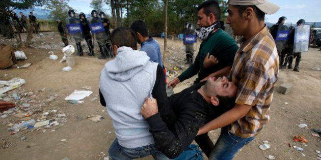 Polícia da Macedônia lança bombas de gás na fronteira para conter imigrantes e