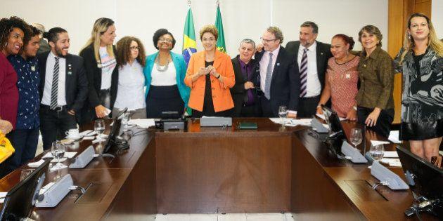 Decreto de Dilma permite uso de nome social em crachás por servidores