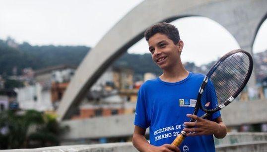 É tudo nosso: A elite do tênis brasileiro fica na favela da