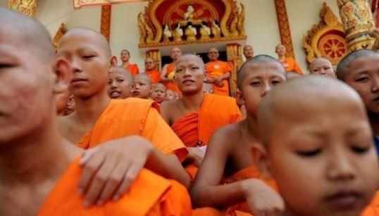 Cerca de 2,5% dos gays são forçados a ser aprendizes de monge para se 'curar' na