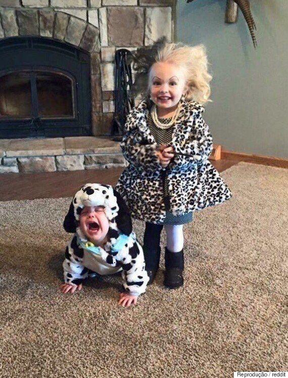 Imagem de crianças fantasiadas como Cruella de Vil e dálmata