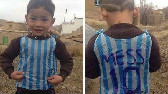 Pelo jeito, o menino que improvisou uma camisa do Messi com uma sacola plástica foi