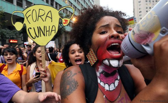 A favor do aborto legal e contra Cunha, mulheres tomam as ruas do Centro do