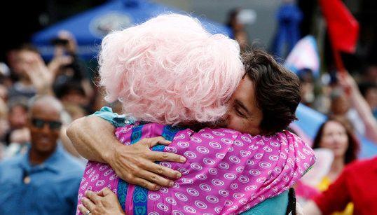 Na Parada Gay de novo: Justin Trudeau manda beijos de luz aos homofóbicos