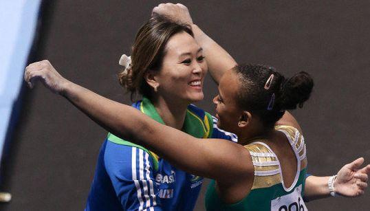 Conheça Keli Kitaura, a treinadora que incentiva meninas a voar com graça e