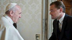 ASSISTA: Emocionado, Leonardo DiCaprio dá a Papa Francisco um presente
