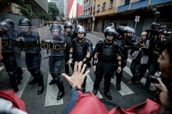 Adolescentes arrastados e jornalista agredido em ocupação de estudantes em São Paulo. Só mais um dia...