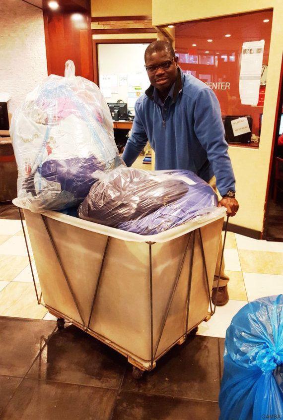 Este homem lavou, secou e dobrou mais de 2 toneladas de roupas de sem-teto em sua