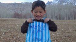 Deu certo! Menino afegão da camisa feita com saco plástico vai encontrar