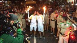 Para desespero da família tradicional brasileira, revezamento da tocha tem beijo gay no