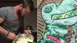 Chris Hemsworth salva o dia ao fazer bolo de aniversário para sua