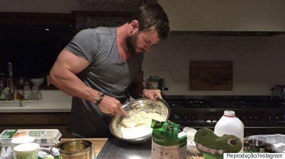 Chris Hemsworth salva o dia ao fazer bolo de aniversário para sua filhinha, India