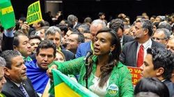Deputada Tia Eron é alvo de protesto de mulheres contra impeachment em