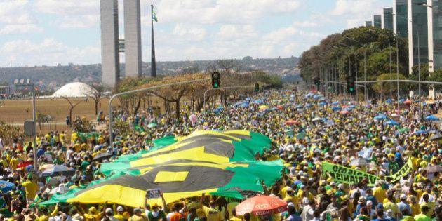 'Fora, Dilma': De verde e amarelo, milhares tomam as ruas em protestos contra o governo em 10 estados...