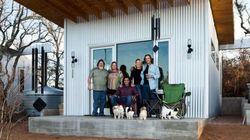 Amigos constroem pequena vila para viverem juntos até a