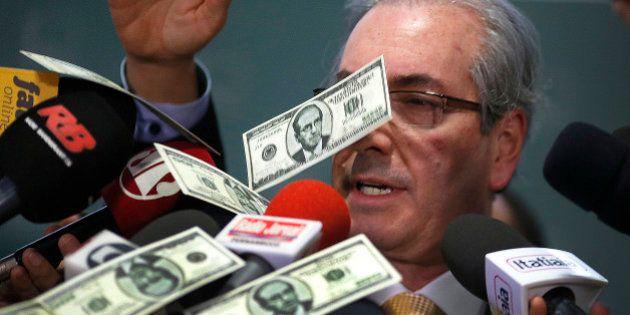 Presente da Suíça: Entrevista de Cunha é interrompida com chuva de dólares