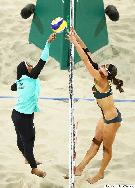 Foto da disputa entre uma egípcia e uma alemã no vôlei de praia mostra como a Olimpíada é