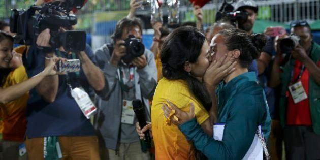 Jogadora brasileira de rúgbi é pedida em casamento por namorada na Olimpíada do
