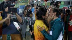 Um BEIJÃO pra família tradicional: Jogadora de rúgbi é pedida em casamento pela