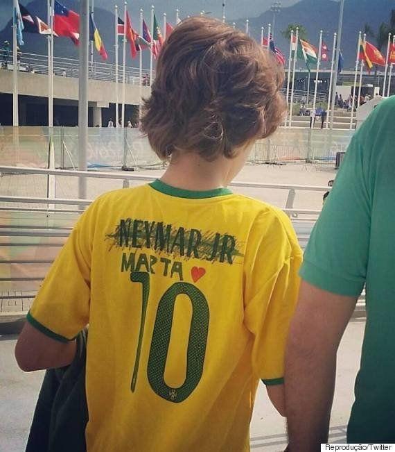 Garoto rabisca nome de Neymar na camisa 10 da seleção para escrever 'Marta