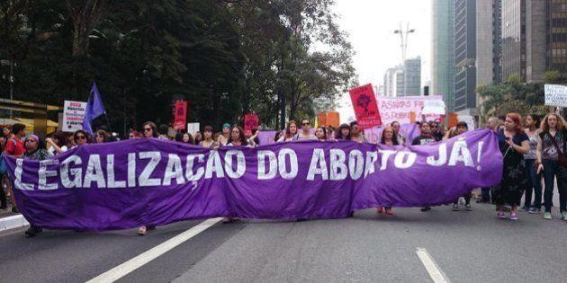 Jornal Folha de S. Paulo sugere que plebiscito é a melhor forma para discutir o aborto em meio à epidemia...