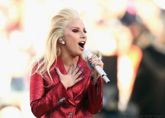 Lady Gaga lacra tudo na interpretação do hino no Super Bowl