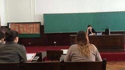 Janaína Paschoal chega em aula e é recepcionada com cartaz de