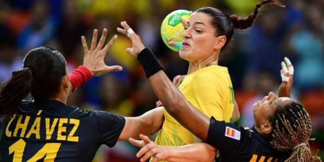 Brazil's right wing Eduarda Amorim (C) vies with Spanish players during the women's preliminaries Group...