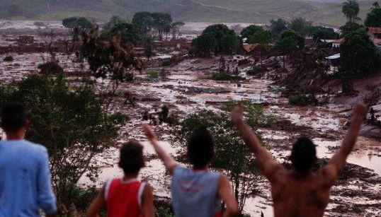 IMAGENS: Barragem se rompe, causa destruição e deixa desaparecidos em