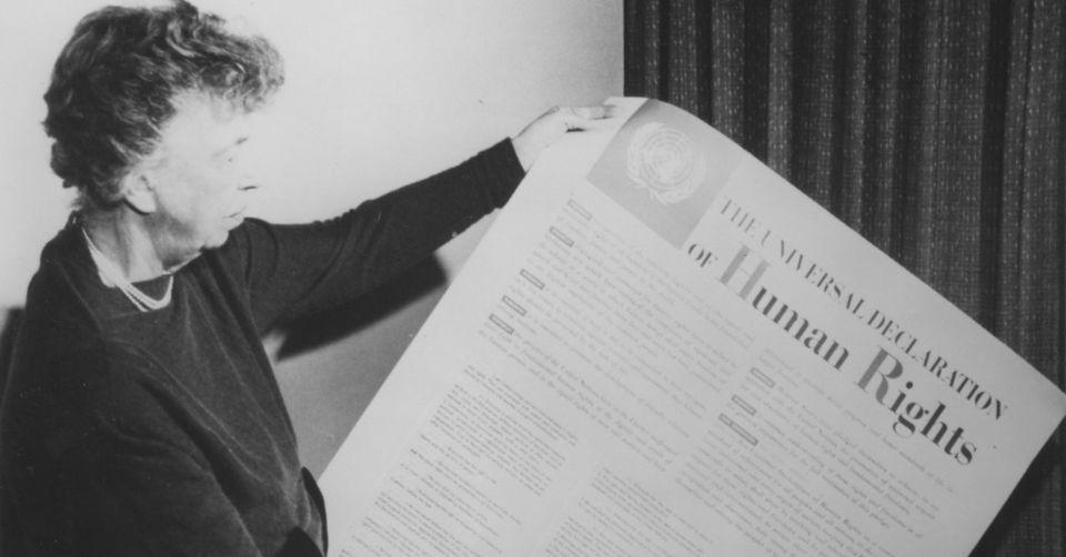 Eleanor Roosevelt, que presidiu o comitê que aprovou aDeclaraçãoUniversal...