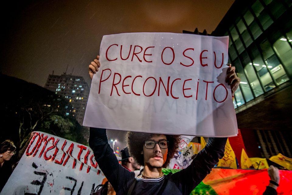 Manifestantes protestam na Avenida Paulista, em São Paulo, contra projeto que visa autorizar a...