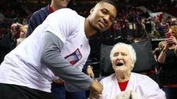 Torcedora de 92 anos ganha hashtag, campanha virtual e encontra ídolo da