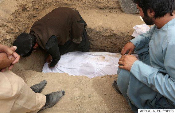 DOR: Menino chora ao enterrar irmã morta em 'crime de honra' no