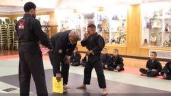 Nesta academia de artes marciais, o choro de homens é