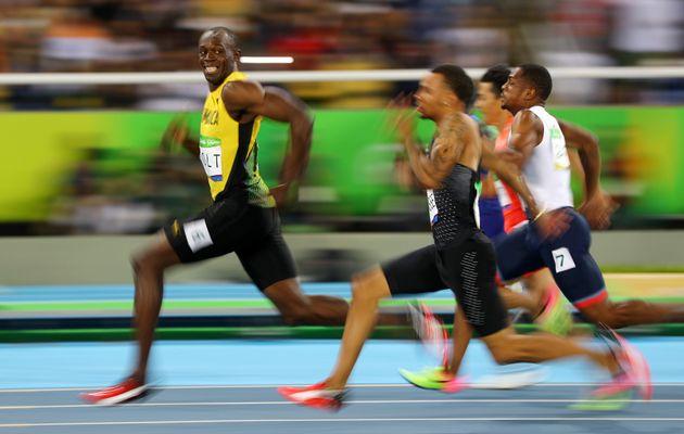 Foto do velocista jamaicano Usain Bolt sorrindo em plena prova rende ÓTIMOS memes na