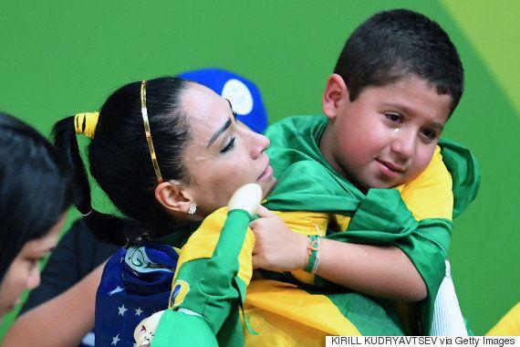 Zé Roberto, do vôlei, abraça o neto que chora: 'A vida é assim, um dia a gente ganha, o outro a gente