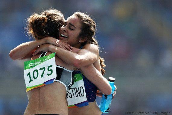 Medalha de ouro em espírito olímpico: Corredoras param durante prova para se ajudarem após