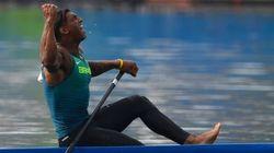 Este homem VOA na água e não desiste! Isaquias conquista medalha de