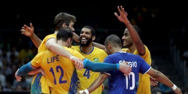 Seleção brasileira de vôlei masculino vence Rússia por 3 sets a 0 e vai para a