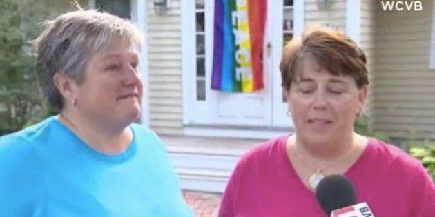 Vizinhança nos EUA transforma ato de homofobia em corrente de amor