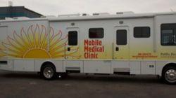 Clínica sobre rodas leva serviços médicos gratuitos para moradores de