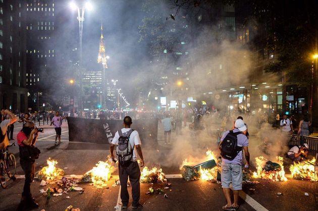 PM lança bombas de efeito moral e reprime protesto contra impeachment em São