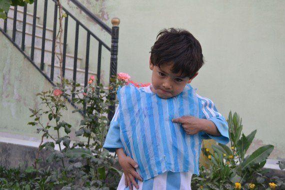 Sonho realizado! Menino que criou camisa de plástico conhece o ídolo